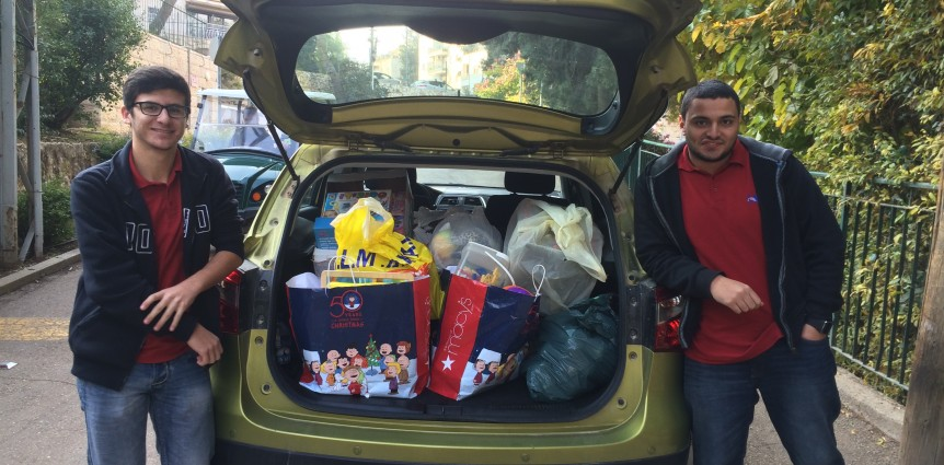 Image of JAIS high school students delivering toys to Alyn Hospital.